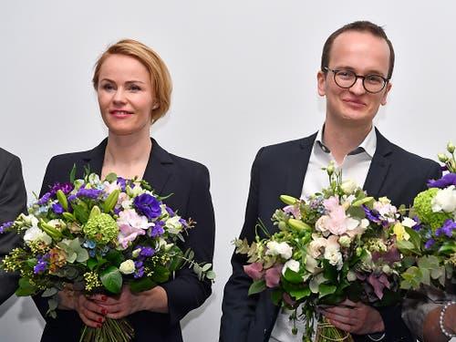 Blumen für die Neugewählten Natalie Rickli (SVP) und Martin Neukom (Grüne). (Bild: KEYSTONE/WALTER BIERI)