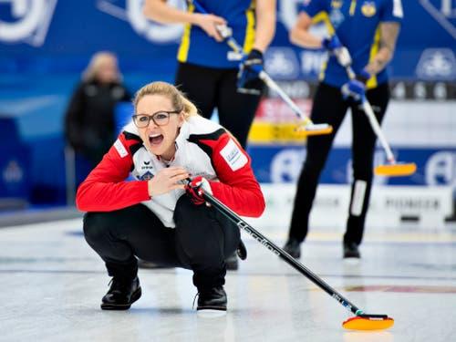 Scharfe Befehle sind im Curling unabdingbar. Alina Pätz macht es vor (Bild: KEYSTONE/AP Ritzau Scanpix/HENNING BAGGER)