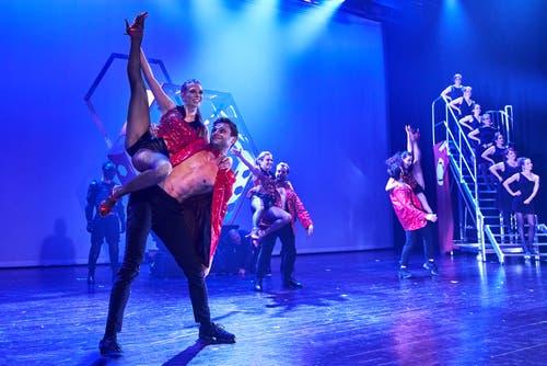 Showtime mit dem Tanzensemble (hier Samantha Senn und Luca Häseli).