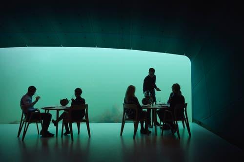 Für einen kulinarischen Abend im Unterwasser-Restaurant müssen die Gäste tief ins Portemonnaie greifen. (Bild: PD/Snöhetta)