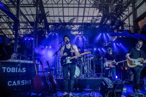 Ein letztes Mal im exotischen Garten des Wolhuser Tropenhauses: Der Zürcher Musiker Tobias Carshey eröffnete das Winterfestival. (Bild: Nadia Schärli, Wolhusen, 23. März 2019)