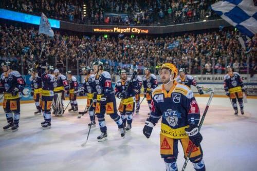 Die Zuger feiern den Sieg nach dem ersten Eishockey Playoff-Halbfinalspiel. (Bild: Urs Flüeler / Keystone, Zug, 26. März 2019)