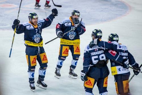Die Zuger feiern das 2:0: David McIntyre, Dominic lammer, Jesse Zgraggen und Sven Leuenberger (von links). (Bild: Urs Flüeler / Keystone, Zug, 26. März 2019)