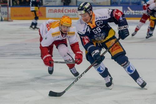 Zugs Dario Simion (rechts) gegen Lausannes Joel Vermin. (Bild: Marc Schumacher, / Freshfocus, Zug, 26. März 2019)
