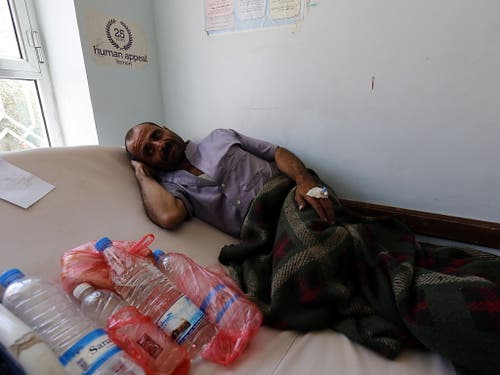 Einer von zahllosen Menschen, der im Jemen unter den Folgen des Bürgerkriegs leidet. Am Donnerstag sammelte die Glückskette in der Schweiz Spenden für die notleidende Bevölkerung. (Bild: KEYSTONE/EPA/YAHYA ARHAB)