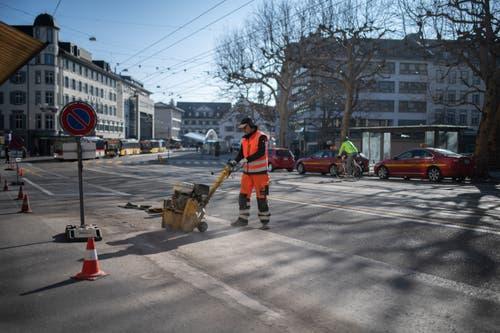 Die Bodenmarkierungen der ehemaligen Parkplätze auf der Nordseite des Marktplatzes werden weggefräst. (Bilder: Benjamin Manser - 28. März 2018)