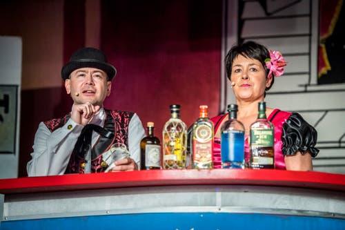 Barkeeper Ben (Andreas Plüer) und Miss Kitty (Saskia Geisselhardt) führten durchs Programm. (Bild: Andrea Stalder)