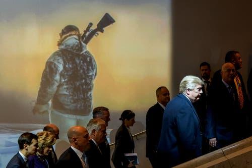 2. Preis News: US-Präsident Donald Trump (rechts), Aussenminister Rex Tillerson (Fünfter von links) und Jared Kushner, Berater des Präsidenten (links) kommen in Davos zum WEF zusammen. (Bild: Fabrice Coffrini für AFP)