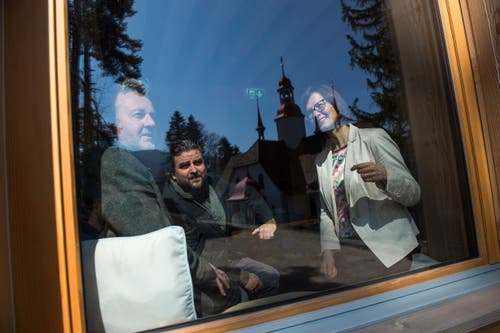 Architekt Gion A. Caminada, Künstler Christian Kathriner und Marianne Schnarwiler von der Albert Köchlin Stiftung (von links).