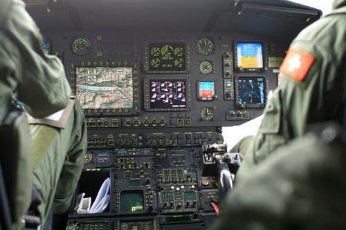 Blick ins Cockpit des Super Pumas, mit dem die Gruppe auch nach Zug zurückkehrte...