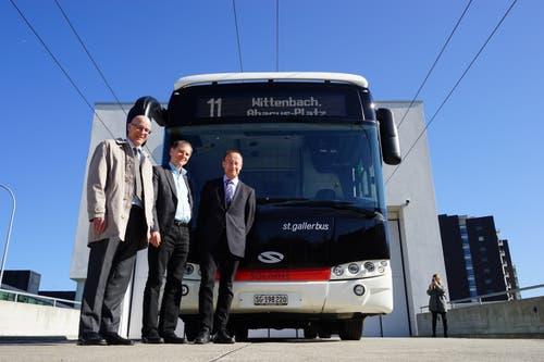 Von links: Ralf Eigenmann, VBSG-Chef; Stadtrat Peter Jans und der Vertreter des Bus-Herstellers Solaris.