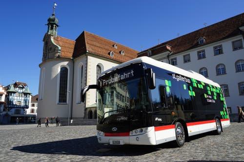 Knapp neun Meter lang und 2,4 Meter breit: Das ist neue St.Galler E-Bus, hier vor dem Kloster. (Bilder: Sandro Büchler)