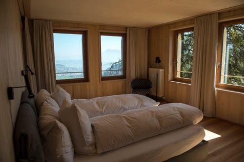 Aus dem Doppelzimmer sieht man See und Berge.