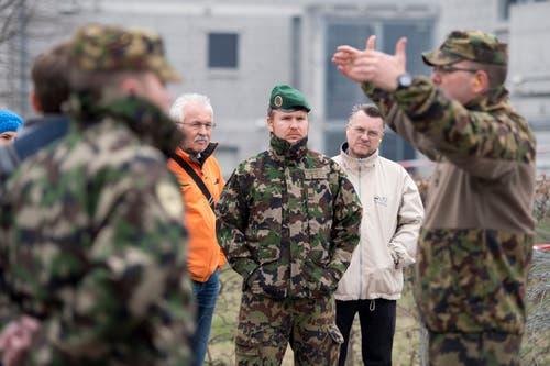 Bataillonskommandant Gregor Hänggi (rechts im Bild) erklärt der Delegation, was die Schwerpunkte des aktuellen Wiederholungskurses sind.