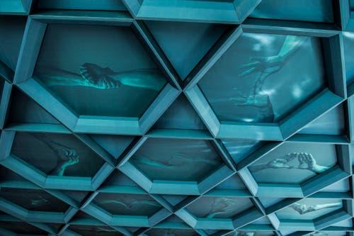 Die Decke des Saals wurde vom Obwaldner Künstler Christian Kathriner gestaltet.