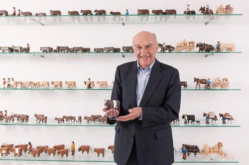 Begeisterter Sammler: Hans-Rudolf Merz mit einer Kuh mit besonderer Fellzeichnung, einem «Gort». (Bild: Urs Bucher (Herisau, 26.März 2019))