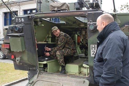 Auch der Kommandant der Zuger Polizei, Thomas Armbruster (rechts), war dabei. Hier lässt er sich eines der Militärfahrzeuge erklären.
