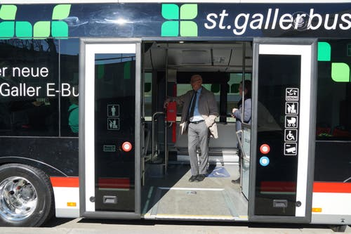 Ralf Eigenmann, Unternehmensleiter der VBSG, im Innern des E-Busses.