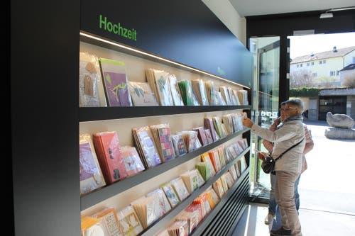 Viele sorgfältig gestaltete Karten zu jedem Anlass findet man beim Eintreten in den Buecherwäldli-Shop.