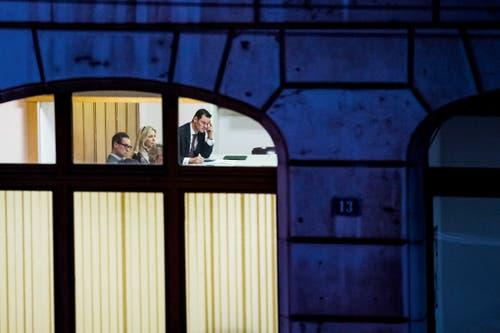 3. Preis News: Sicht von Aussen auf Pierre Maudet während einer Sitzung. (Bild: Jean-Christophe Bott / Keystone, Genf, 23. November 2018)
