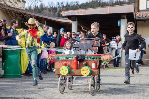 «Gfürchige» Gestalten am Scheesen- und Garettenrennen in Udligenswil (Bild: Philipp Schmidli, 3. März 2019)