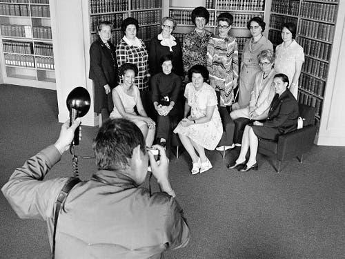 Fotoaufnahme vom Juli 1972 der zwölf ersten Frauen im Parlament im Jahr 1971. Stehend v.l. Elisabeth Blunschy, Hedi Lang, Hanny Thalmann, Helen Meyer, Lilian Uchtenhagen, Josi Meyer und Hanna Sahlfeld. Sitzend v.l. Tilo Frey, Gabrielle Nanchen, Liselotte Spreng, Martha Ribi und Nelly Wicky. (Bild: Keystone/STR)