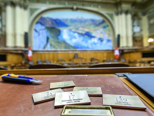 Die Gedenktafeln zu Ehren der zwölf Pionierinnen im Bundeshaus werden am 7. März enthüllt werden. (Bild: Keystone/BD/© 2013 Béatrice Devènes)