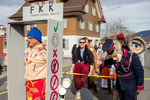 Ein wildes Sujet mit dem Motto «Personenkontrolle» am Umzug in Meggen. (Bild: Philipp Schmidli, Meggen, 3. März 2019)