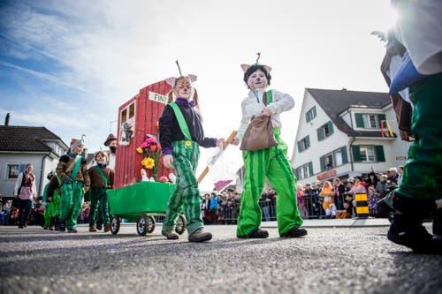 Der Kindergarten Ettiswil zieht mit dem Motto «Katze Findus» durch das Dorf. (Bild: Roger Grütter, Ettiswil, 3. März 2019)
