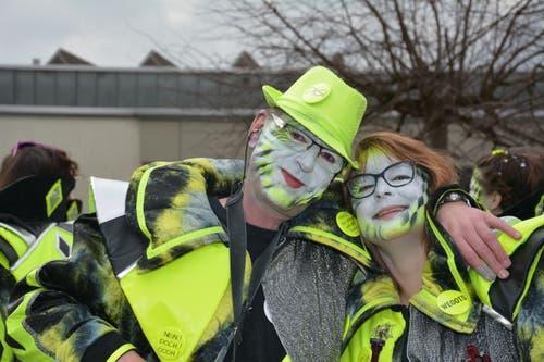 Disi und Tamara von den «Gräppälä-Schränzer» sind in Lütisburg in Fasnachtsfieber. (Bild: Beat Lanzendorfer, 2. März 2019)