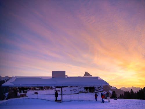 Die Installation «Mirage Gstaad» zieht Spaziergänger in ihren Bann. (Bild: KEYSTONE/ANTHONY ANEX)