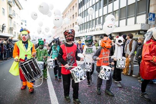 Der Tambourenverein Gerliswil-Emmen trommelt fleissig mit am Umzug. (Bild: Manuela Jans-Koch, Emmen, 3. März 2019)