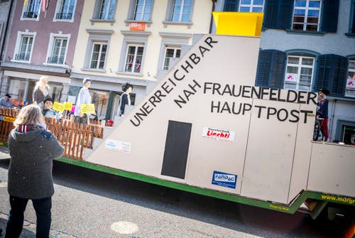 Fasnachtsumzug Frauenfeld. Kritik an der neuen Hauptpost Frauenfeld. (Bild: Andrea Stalder)