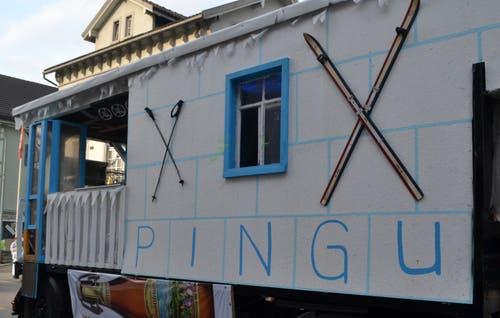 Ob Pingu zum Skifahren wohl Richtung Tanzboden unterwegs ist? (Bild: Peter Jenni, 2. März 2019)