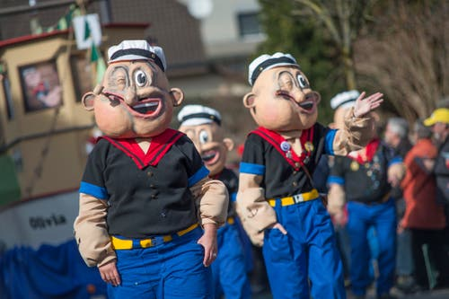 Die «Popeys» der Lozärner Chaoten ziehen ebenfalls durch Horw.(Bild: Pius Amrein, Horw, 3. März 2019)