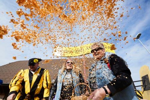 Die Pfyfferzunft Altishofen feiert mit Konfetti. (Bild: Jakob Ineichen, Altishofen, 3. März 2019)