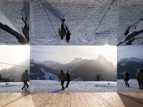 Oben, unten, innen, aussen? Das Spiegelchalet von US-Künstler Doug Aitken spielt mit der Wahrnehmung des Betrachters. (Bild: KEYSTONE/ANTHONY ANEX)