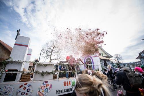 Die Guggichacheler Ettiswil feiern auf «mexikanische» Art und Weise. (Bild: Roger Grütter, Ettiswil, 3. März 2019)