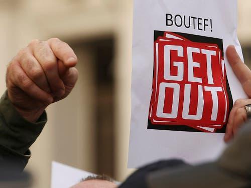Ein Demonstrant fordert Bouteflikas Rückzug aus der Politik. (Bild vom 24. Februar) (Bild: KEYSTONE/AP/GUIDOUM FATEH)