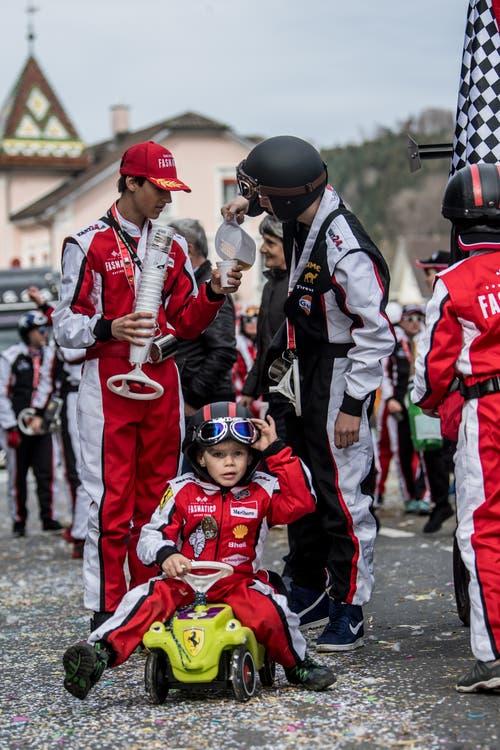 Das «Fasnatico Racing Team» mit «Catering» für die Grossen und «Ferraris» für die kleinen Piloten am Umzug in Neudorf. (Bild: Nadia Schärli, Neudorf, 3. März 2019)