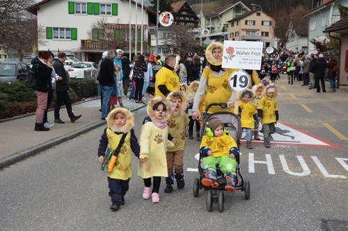 Die Kleinsten durften am Fasnachtsumzug in Lütisburg nicht fehlen. Die Spielgruppe war als «Löwebandi» unterwegs. (Bild: Beat Lanzendorfer, 2. März 2019)