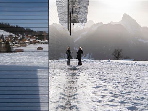 Spieglein, Spieglein an der Wand... Eine Spaziergängerin betrachtet sich und die Berglandschaft in der verspiegelten Fassade. (Bild: KEYSTONE/ANTHONY ANEX)
