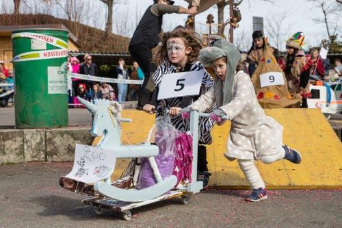 Auch die Tiere aus dem Zoo machen mit beim Scheesen- und Garettenrennen in Udligenswil. (Bild: Philipp Schmidli, 3. März 2019)