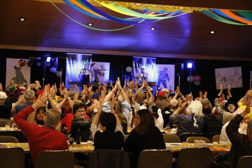 Hände in die Luft im Stadthofsaal, Rorschach (Bild: Martin Rechsteiner)