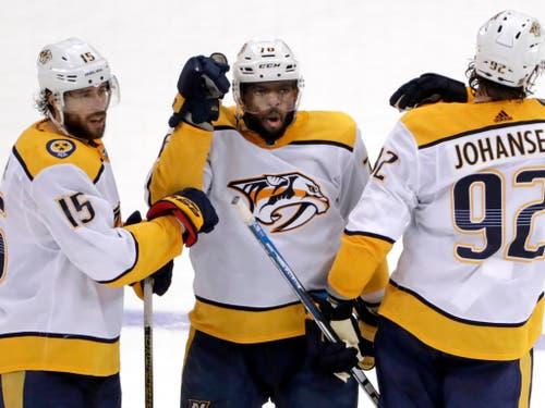 P.K. Subban (Mitte) von den Nashville Predators freut sich mit Craig Smith (links) und Ryan Johansen über sein Tor im Schlussdrittel (Bild: KEYSTONE/AP/GENE J. PUSKAR)