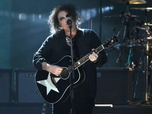 Robert Smith, von der Band The Cure, spielte am Freitag in New York während einer Auszeichnung auf seiner Gitarre. (Bild: KEYSTONE/AP Invision/EVAN AGOSTINI)