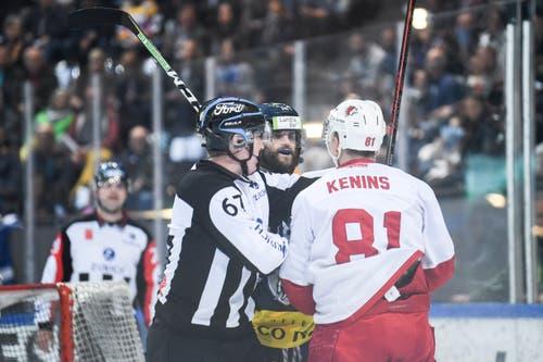 Zugs Dominik Schlumpf und Lausannes Ronalds Kenins diskutieren mit dem Schiedsrichter. (Bild: Claudio Thoma/freshfocus, 30. März 2019)
