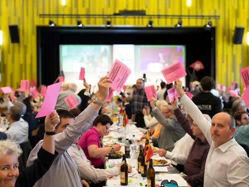 Die Delegierten der SVP Schweiz fassten am Samstag die Nein-Parole zur eidgenössischen Vorlage über die EU-Waffenrichtlinien. (Bild: KEYSTONE/GIAN EHRENZELLER)