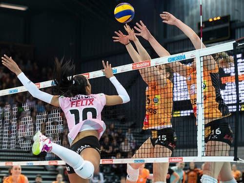 Kampf am Netz um den Ball im Cupfinal zwischen Aesch-Pfeffingen (links) und Neuchâtel UC (Bild: KEYSTONE/ADRIEN PERRITAZ)