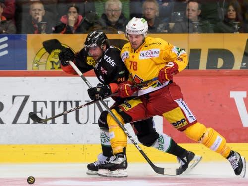 Beat Gerber (links) vom SC Bern setzt sich hier gegen den Bieler Marc-Antoine Pouliot durch (Bild: KEYSTONE/ANTHONY ANEX)